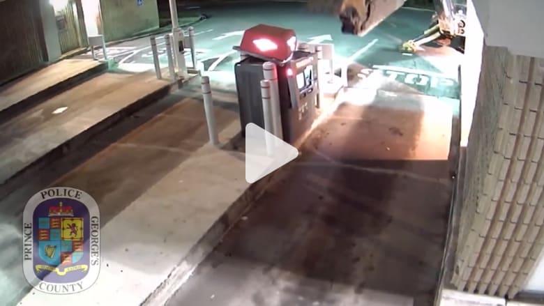 شاهد ماذا استخدم هذا اللص لسرقة صراف آلي!