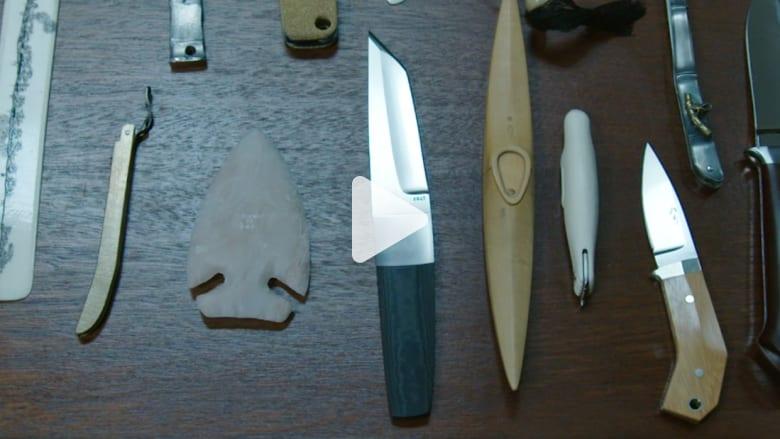 """لماذا يجمع مصمم بـ""""آبل"""" مئات السكاكين؟"""
