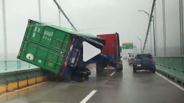 عاصفة بأمريكا.. مقتل 5 على الأقل ورياح تقلب شاحنة