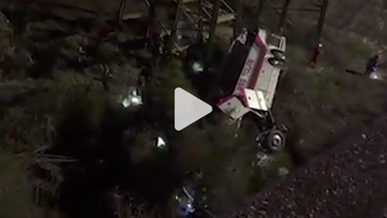 شاهد.. انقلاب حافلة مدرسية وسقوطها في وادي بألاباما