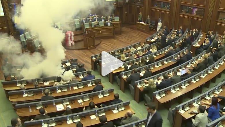 شاهد.. إلقاء قنابل غاز مسيل للدموع داخل برلمان كوسوفو