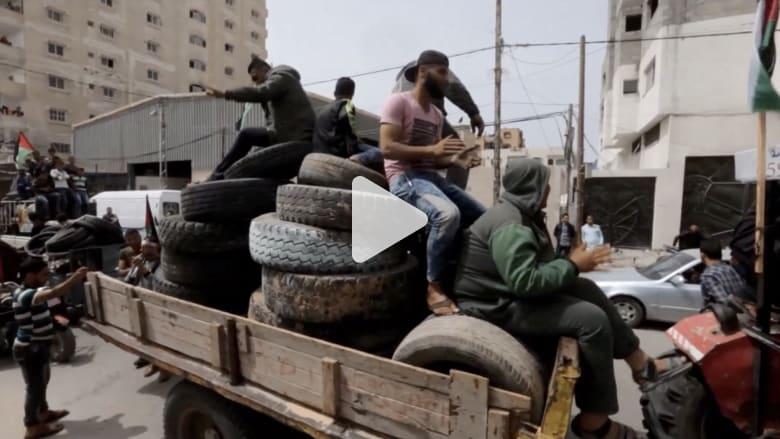 شاهد.. فلسطينيون ينقلون إطارات السيارات لحرقها قرب حدود غزة