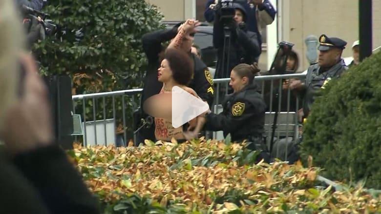 شاهد.. اعتقال سيدة عارية الصدر خارج محكمة كوسبي