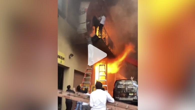 شاهد.. أطفال يقفزون هرباً من حريق يلتهم مبنى