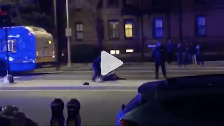 شاهد كيف تعاملت الشرطة الأمريكية مع شاب عارٍ!