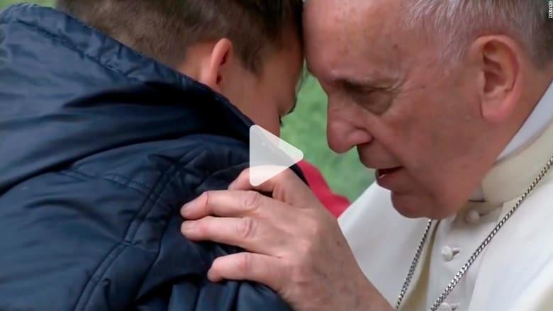 طفل توفي والده وهو ملحد.. فماذا سأل البابا؟