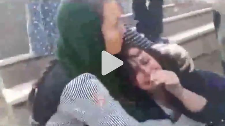 """شاهد.. غضب في إيران بعد اعتداء """"شرطة الأخلاق"""" على سيدة"""