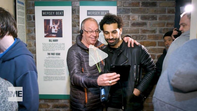 شاهد هوس المعجبين أثناء زيارة محمد صلاح لمتحف البيتلز في ليفربول