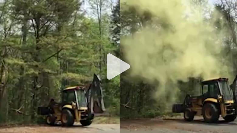 شاهد ما الذي حدث لجرافة صدمت شجرة!