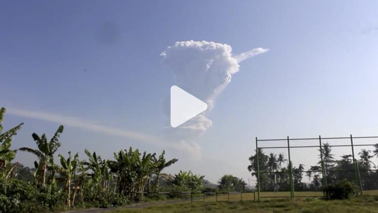 شاهد.. بركان بإندونيسيا ينفث رماداً لآلاف الأمتار