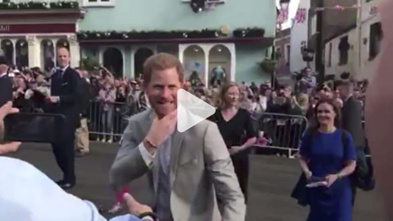 شاهد ماذا فعل الجمهور عند رؤية الأمير هاري