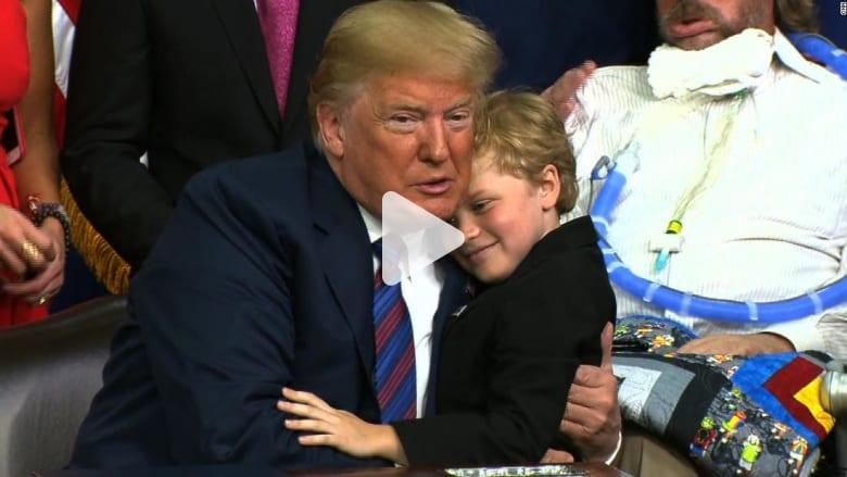 شاهد ماذا فعل ترامب لطفل حاول احتضانه عدة مرات