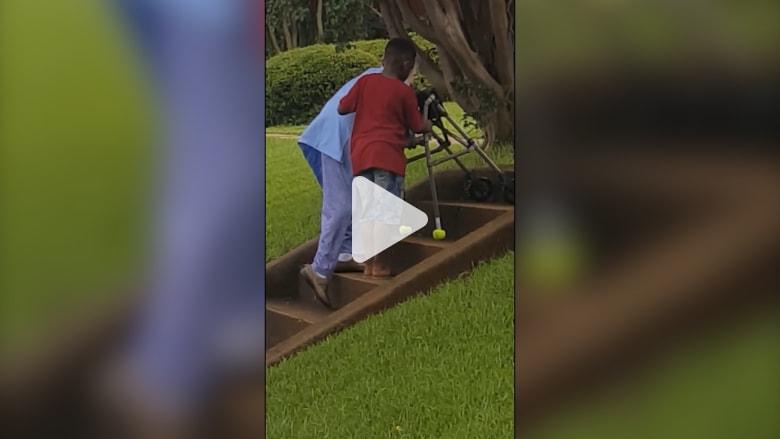 فيديو مؤثر لطفل يقفز من سيارته ليساعد إمرأة مسنة