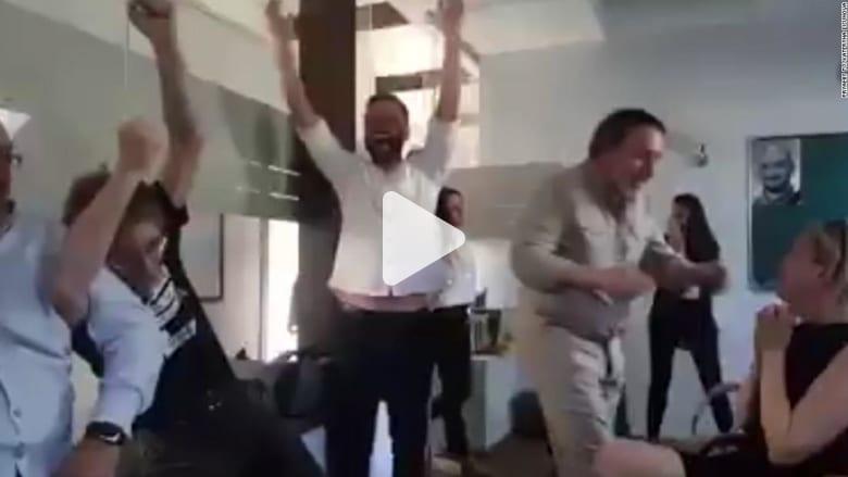 شاهد ردة فعل زملاء صحفي روسي عندما علموا أنه لايزال حياً