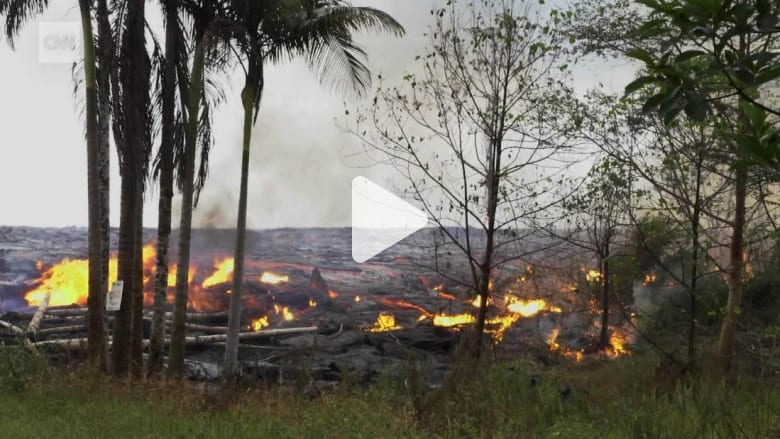 شاهد.. نهر من الحمم يندفع نحو أحياء سكنية في هاواي