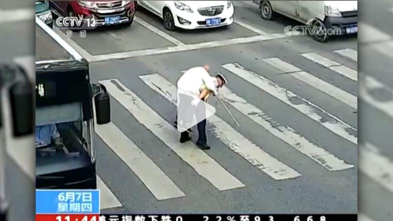 شاهد.. شرطي مرور يحمل مسنا على ظهره