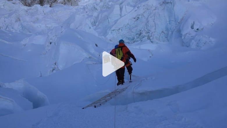 كيف تمكن رجل برجلين مبتورتين من تسلق جبل إفرست؟