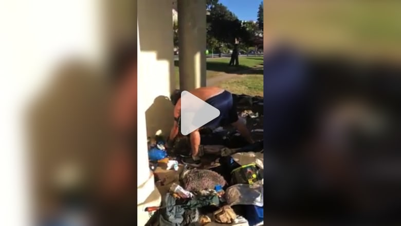 شاهد ماذا فعل عداء بأمتعة رجل مشرد في فلوريدا