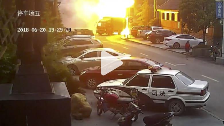 شاهد.. حريق مفاجىء يلتهم شاحنة بثوان أثناء سيرها
