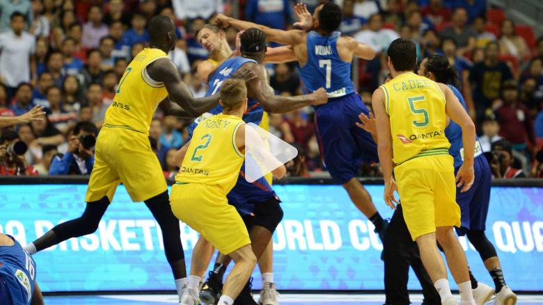 شاهد.. عراك عنيف بين لاعبين خلال مباراة لكرة السلة