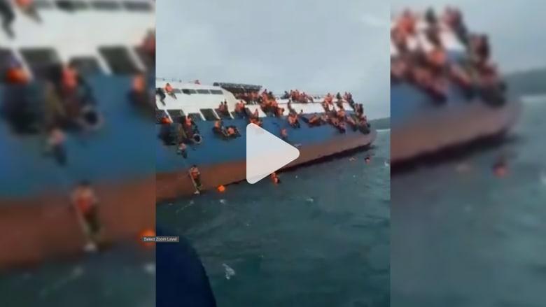 شاهد.. ركاب عبارة إندونيسية يتشبثون بها أثناء غرقها