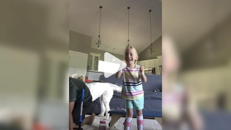 شاهد.. بهجة الخطوات الأولى لفتاة مصابة بالشلل الدماغي