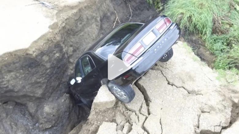مراهق ينجو بعد سقوط سيارته في حفرة