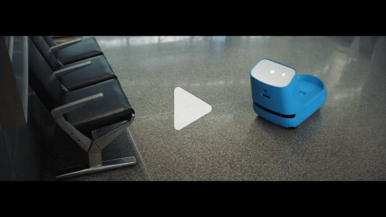 """اكتشف """"روبوت المطار""""..يحمل حقيبتك ويلوح لك بالوداع"""