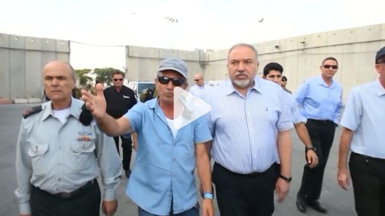 شاهد.. وزير دفاع إسرائيل يزور الحدود مع غزة قبل إعادة فتحها