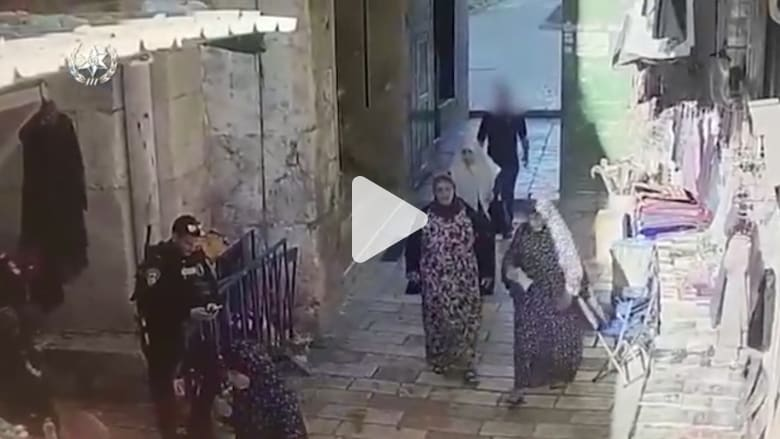 لحظة محاولة طعن شرطي إسرائيلي في القدس