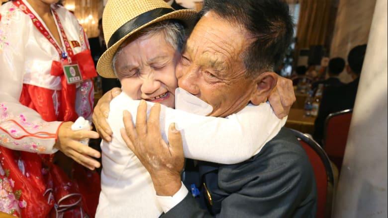 لحظة اللقاء الأولى بين أم كورية وابنها بعد68 عاماً من الفراق