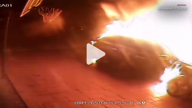 رجل يشعل النار في سيارة ويهرب.. قد تنال مكافأة إذا عثرت عليه