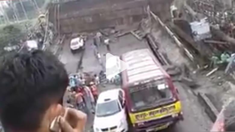 انهيار جسر مكتظ بالسيارات في الهند
