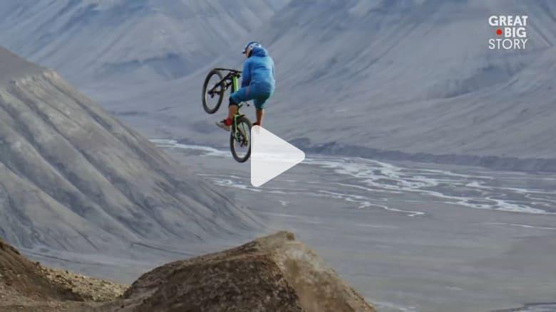 تعرّف إلى رياضة خطيرة.. ركوب الدراجات على جبال القطب الشمالي