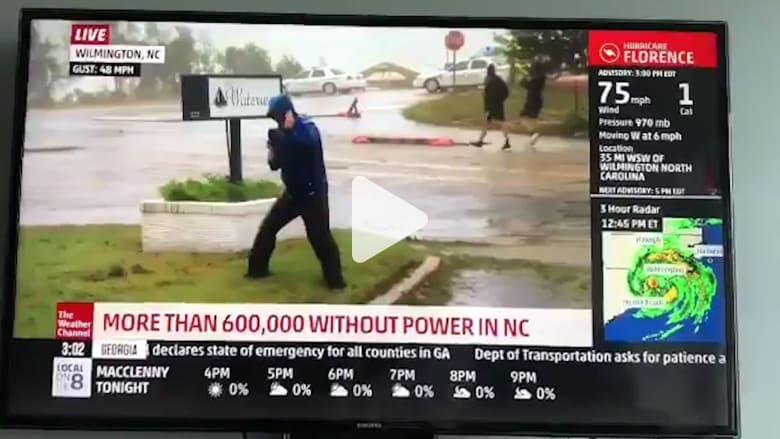 رجلان في الخلفية.. سببا موجة سخرية لمراسل قناة تلفزيونية