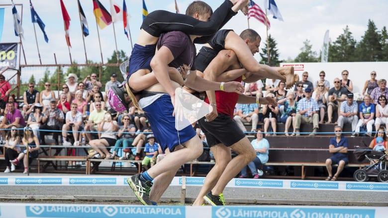 الرجال يكرمون زوجاتهم بطريقة فريدة في هذه المسابقة في فنلندا