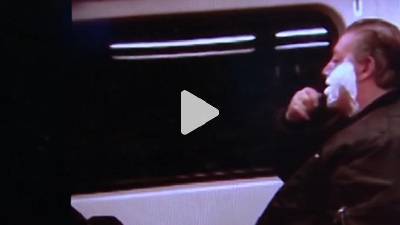 فيديو لشخص يحلق ذقنه في القطار يثير موجة عارمة من الاستهزاء