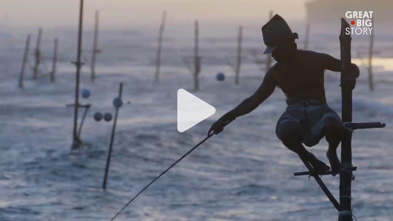 من الجد إلى الوالد فالإبن..أغرب طريقة لصيد السمك في سريلانكا