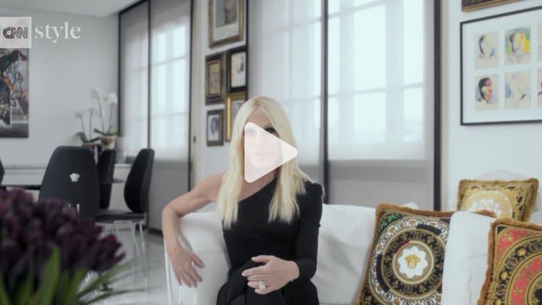 ليدي غاغا تروي حكاية أيقونة الأزياء دوناتيلا فيرساتشي