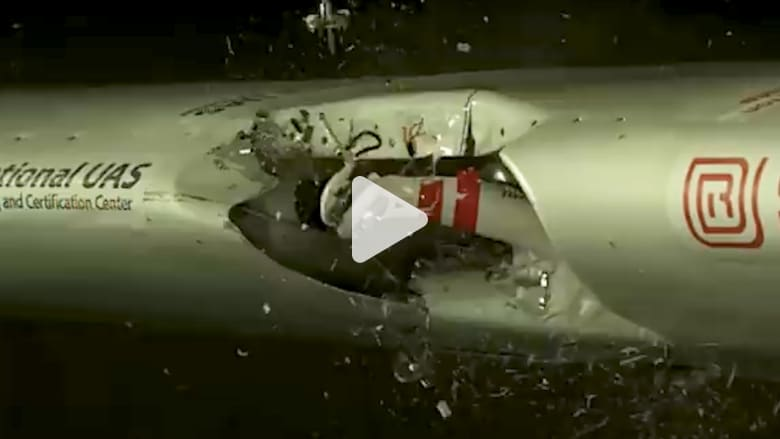 شاهد.. ماذا سيحدث إن اصطدمت طائرة آلية بطائرة ركاب؟