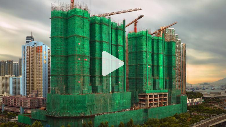 """لماذا تُلف مباني هونغ كونغ في """"شرنقات""""؟"""
