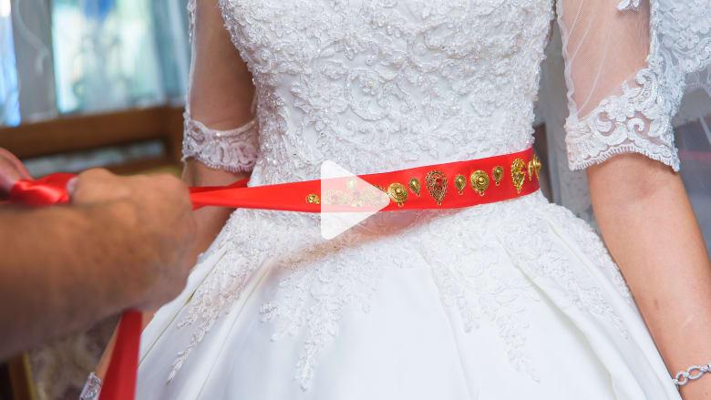 حزام أحمر يُلف حول خصر العروس بأذربيجان.. ما السر؟