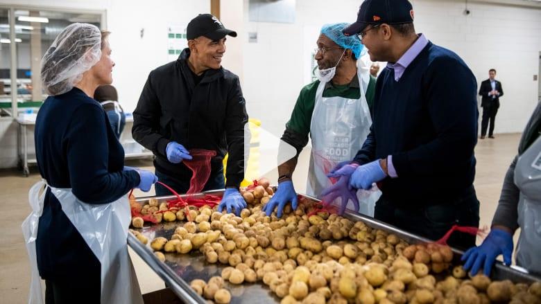 أوباما يساعد متطوعين في توضيب الطعام للمحتاجين قبل عيد الشكر