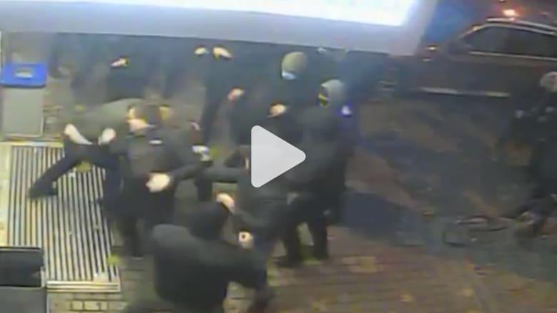 شاهد.. مرشح رئاسي بأوكرانيا يتعرض للضرب