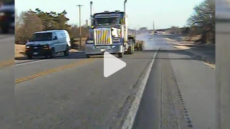شرطي أمريكي ينجو بآخر لحظة من الاصطدام وجهاً لوجه مع شاحنة