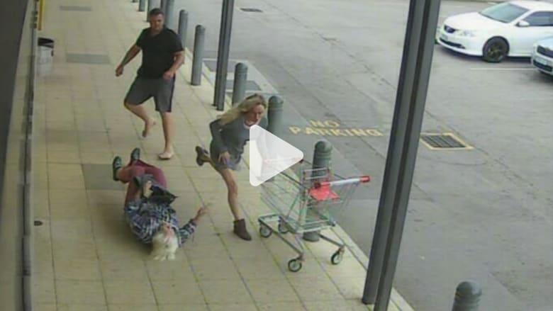 رجل يهاجم بعنف مسنّة بالـ90 من عمرها بوضح النهار