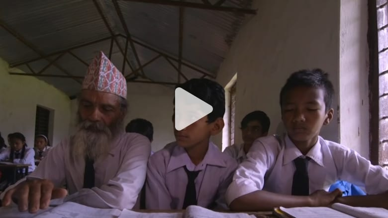 من تمشيط لحيته لأداء واجباته.. هذا الطالب يزيد عمره عن الـ70