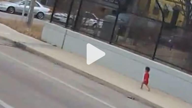 سائقة حافلة تنقذ طفلة مفقودة على الطريق السريع