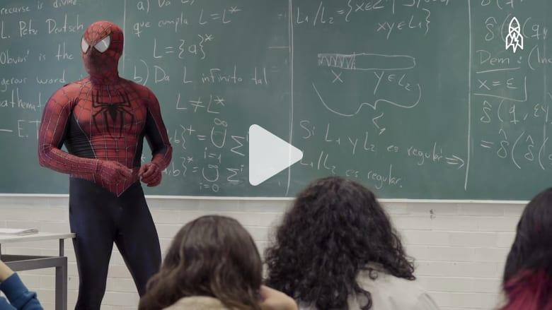 """الأستاذ """"سبايدرمان"""" يدرس الطلاب بهذه الجامعة في المكسيك"""