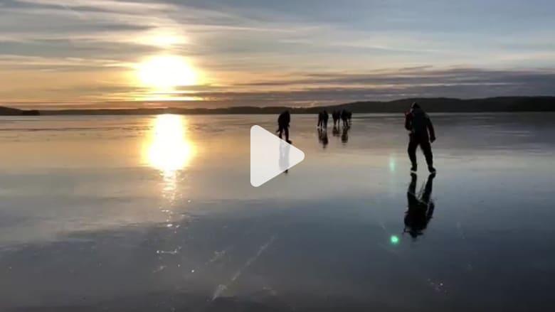 """متزلجون يسجّلون صوت """"غناء"""" بحيرة متجمدة بالنرويج"""